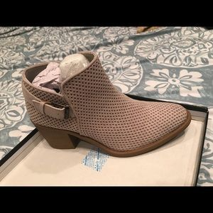 Tobin Pinhole Booties in the color Oatmeal